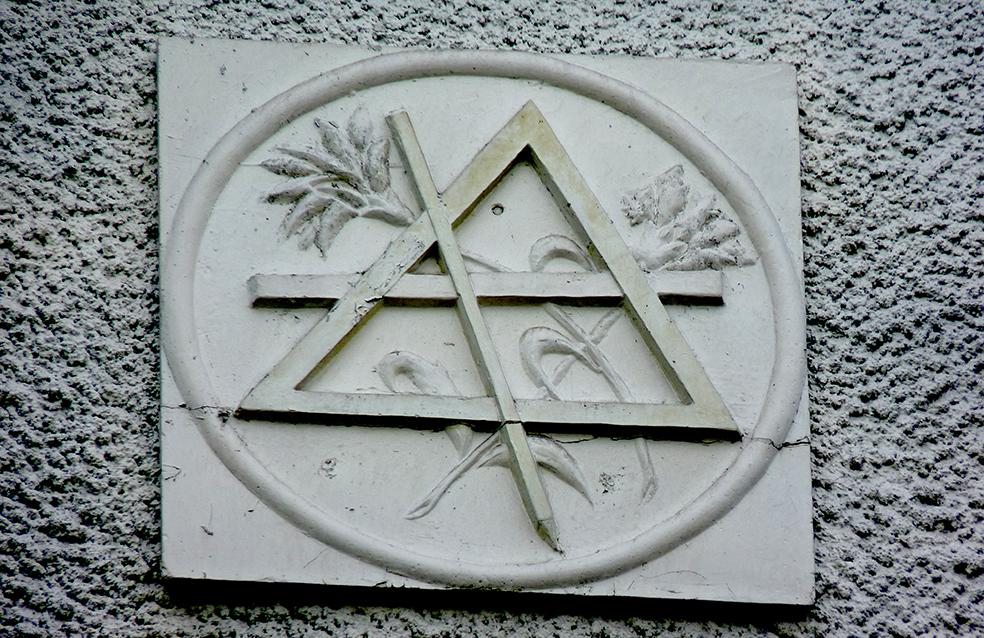 Масонские знаки на фасаде моей школы