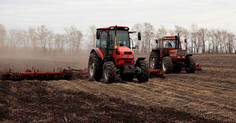 Трактора попёрли по полям