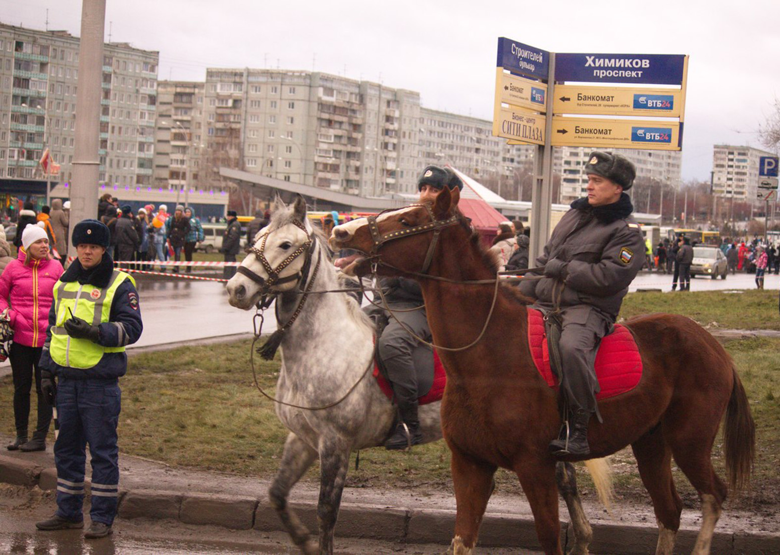Из-за леса выезжает конная милиция