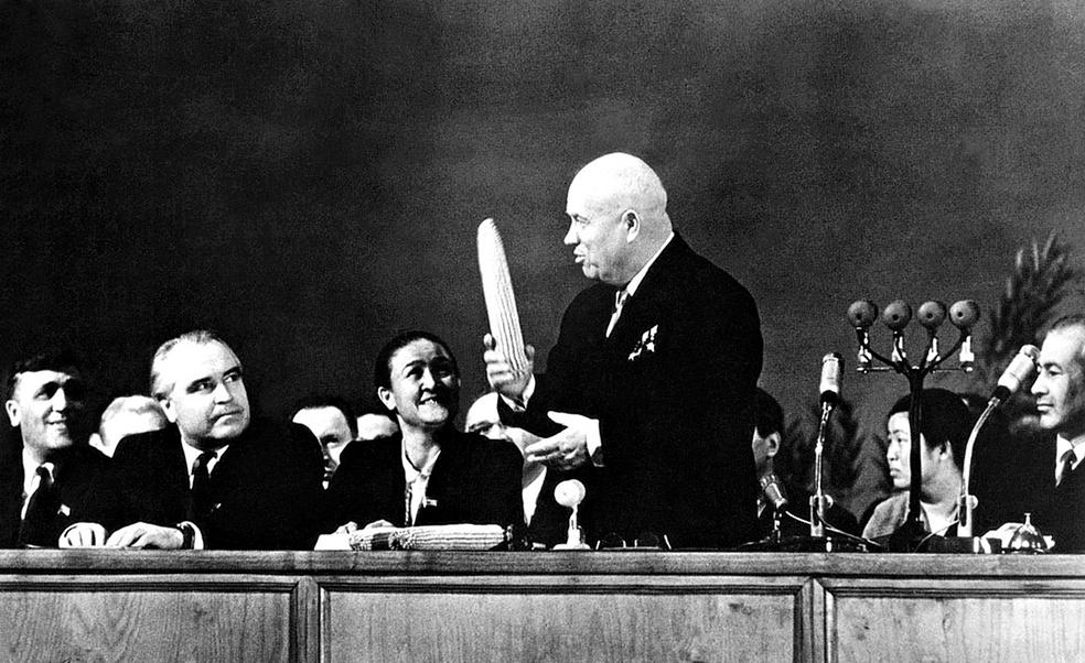 Хрущёв показывает народу свою кукурузину