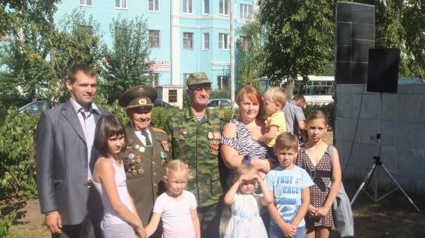На фото Ветераны войны, координатор Дзержинска Завиялова Ксения с детьми и координатор НОКС ДЗД Пчелинцев.