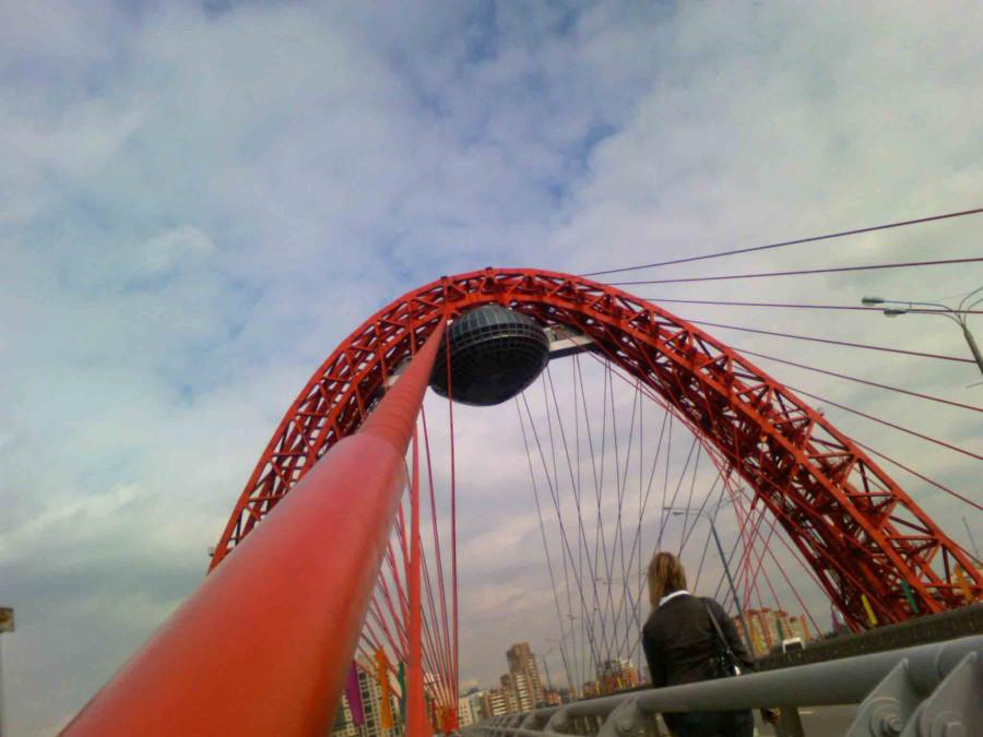 фото моста в москве с рестораном пестрит