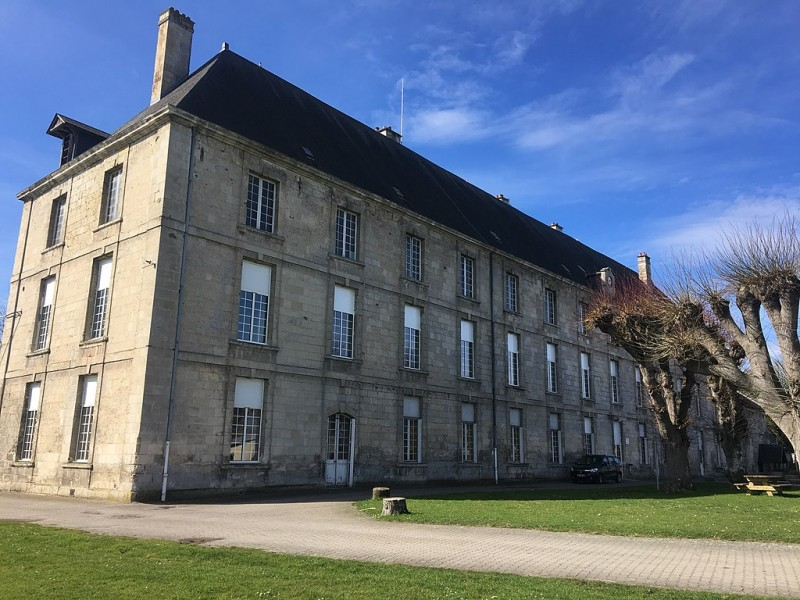 1024px-Abbaye_de_Saint_Médard