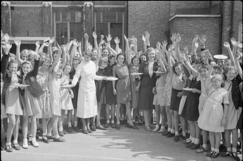 Обиды истеблишмента из за чужого праздника Aid_From_America-_Lend-lease_Food,_London,_England,_1941_D4324