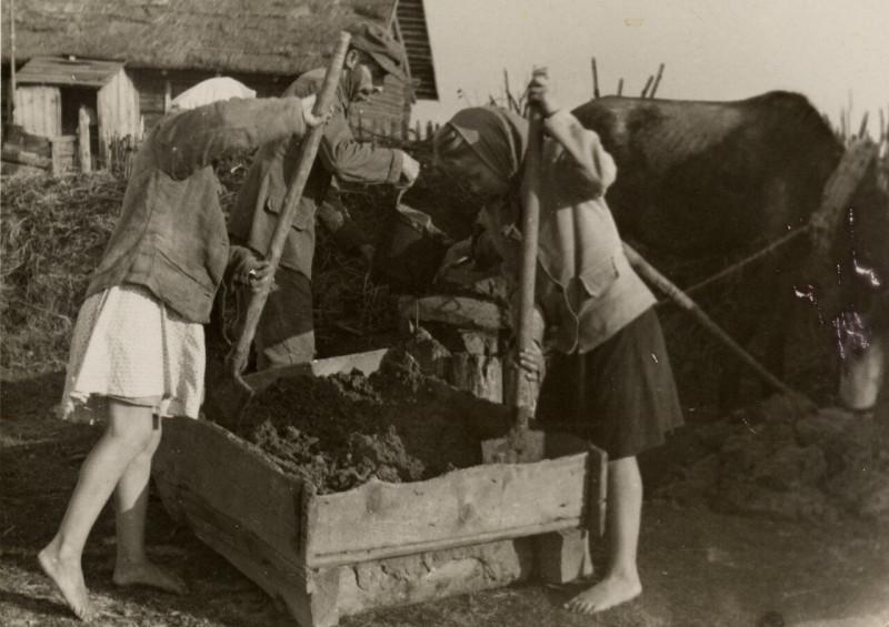 Пригатовление раствора для кирпича. Раствор разливали в формы, Фото Семака Франца 1937 год