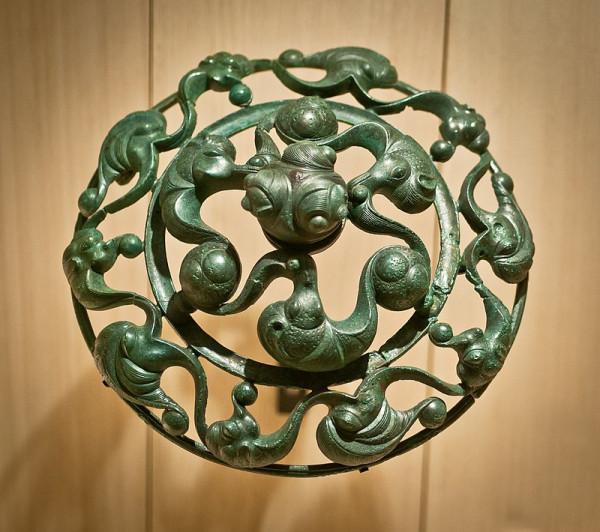 800px-Dôme_aux_dragons_-_Bronze_gaulois_de_Roissy,_dans_le_Lieu_dit_de_La_Fosse_Cotheret_(Val_d'Oise)