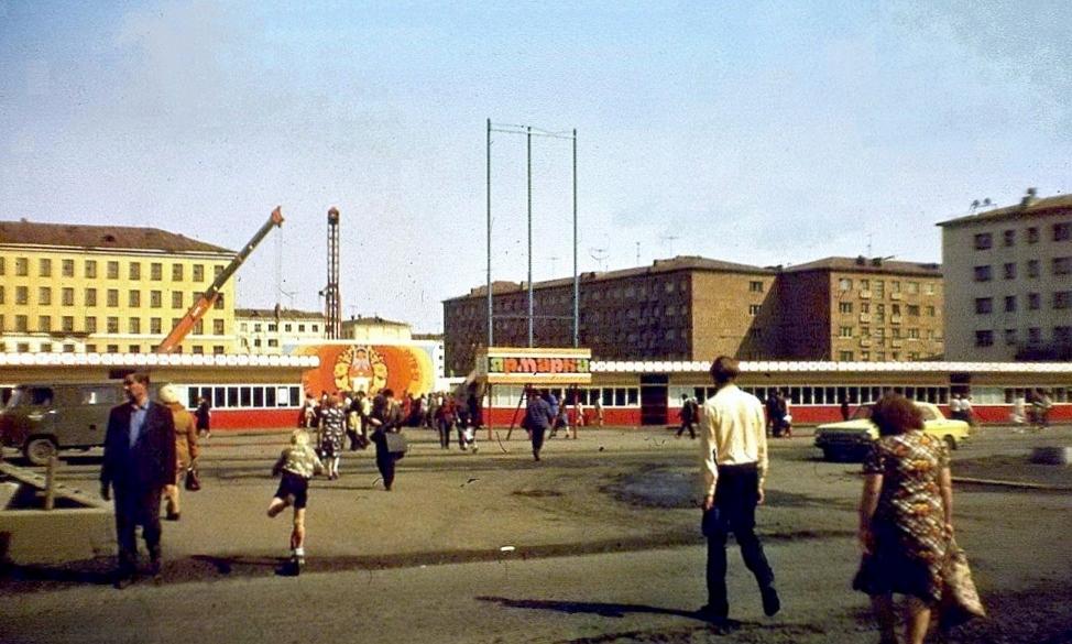 1983 Театр строят