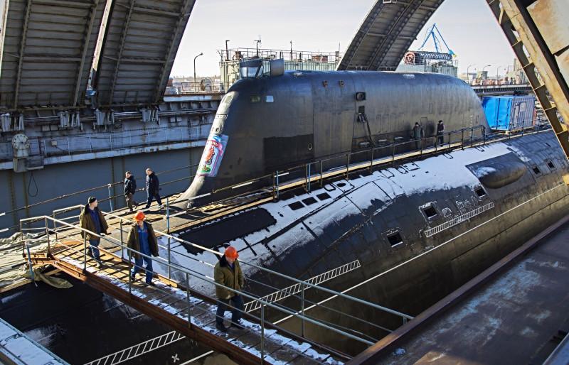 Во время стоянки корабля в плавдоке работы в отсеках продолжаются.