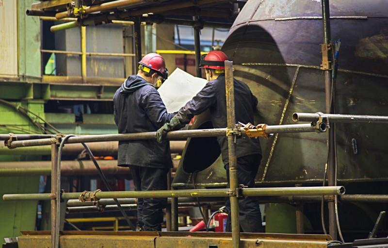 Работники Севмаша на строительстве крейсера.