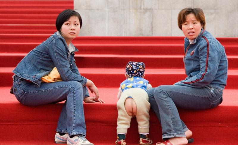 китайские штаны с вырезом маленькие дети в штанах с вырезом. странные штаны с вырезом под попу