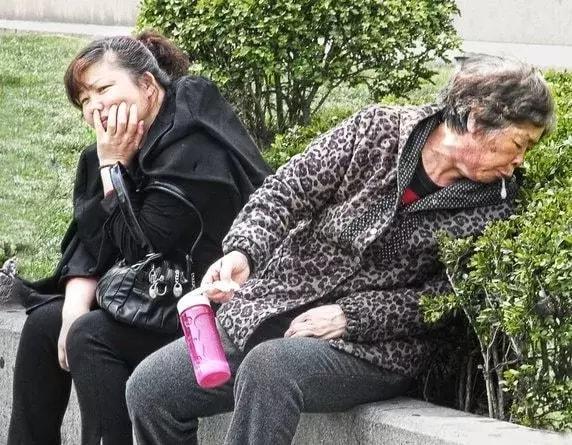 китайцы плюют в общественных местах. плевать на людях это нормально. странные китайские традиции