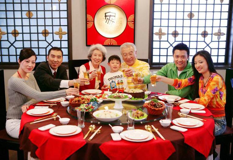 Новый год в китае Традиции празднования нового года в китае китайский новый год открытки китайские открытки красные конверты что едят китайцы на новый год китайский новогодний стол традиционная еда на новый год в китае ужин в кругу семьи круглый стол новый год за столом китайцы и семья sevtao.ruыумефщ
