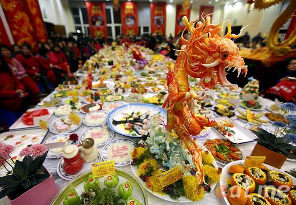 Новый год в китае Традиции празднования нового года в китае китайский новый год открытки китайские открытки красные конверты что едят китайцы на новый год китайский новогодний стол традиционная еда на новый год в китае новогодний стол в китае sevtao.ruыумефщ