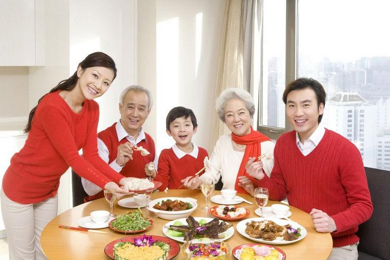 10 интересных фактов о китайском новом году китайская семья семья за ужином новогодний ужин в китае традиционный ужин в кругу семьи в китае ыумефщ sevtao
