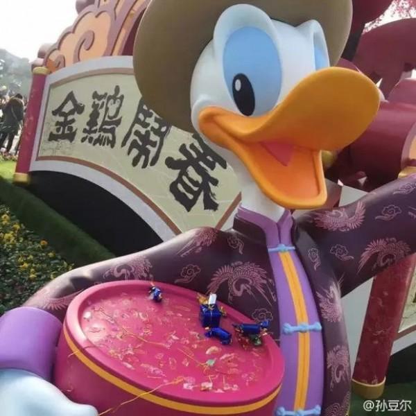 Топ-10 Китайских неадекватных-туристов по версии Shanghaiist в 2017 шанхайский диснейленд Дональд Дак пластмассовые конфеты кража конфет искусственные конфеты китайцы