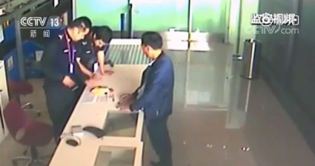 Топ-10 Китайских неадекватных-туристов по версии Shanghaiist в 2017 мужчина не хотел отдавать надувной спасательный жилет полиции так как сказал что он ему еще пригодиться китайские туристы