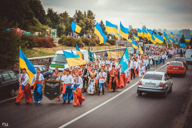 Славянск в августе 2013 победил в Конкурсе вышиванки. Бендеровцы заставили всё это надевать