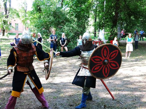 Бой русского витязя и татарского воина в Парке Воксал
