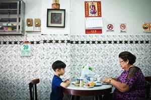 Бабуля и внучек кушают кайя тосты в Копи Тиаме