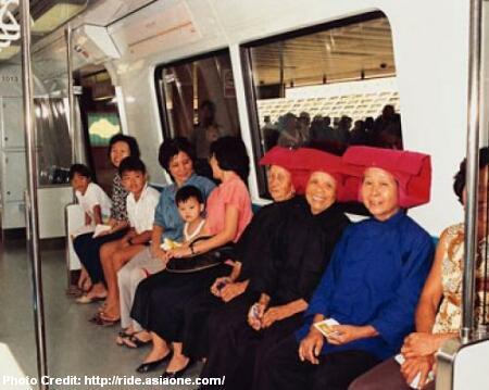 Женщины-строители в традиционных китайских одеждах получили выходной день в честь открытия MRT