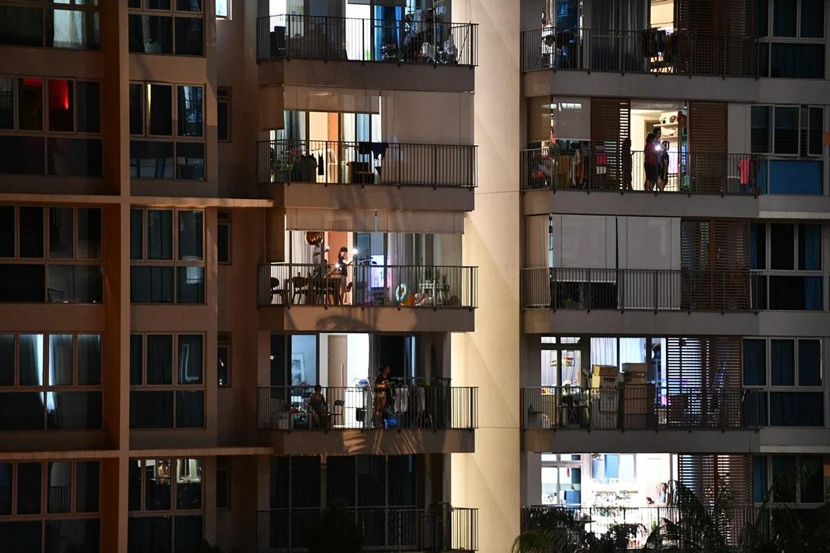 """Жители Q Bay Residences поют вместе песню """"HOME"""" и подсвечивают фонариком мобильного телефона 25 апреля 2020 г. в 15 ч. 15 м."""