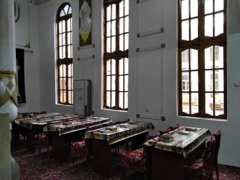 В большой комнате проводится праздничная служба.