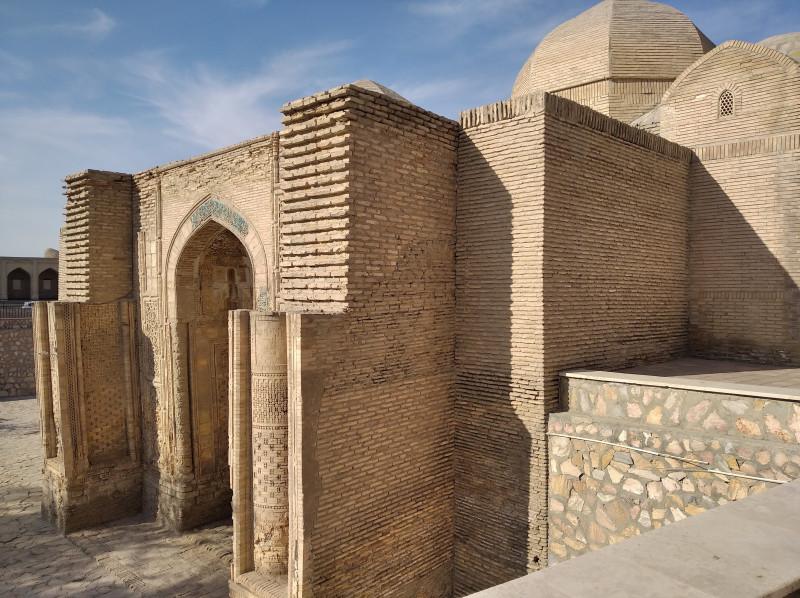 Магоки Аттори. Здесь хорошо видно, что мечеть наполовину ушла под землю.