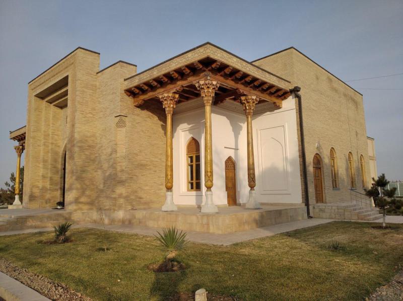 На этом месте стоял дом, в котором родился Накшбанд. Не думаю, что это тот самый дом. Но место, как утверждают, то самое.