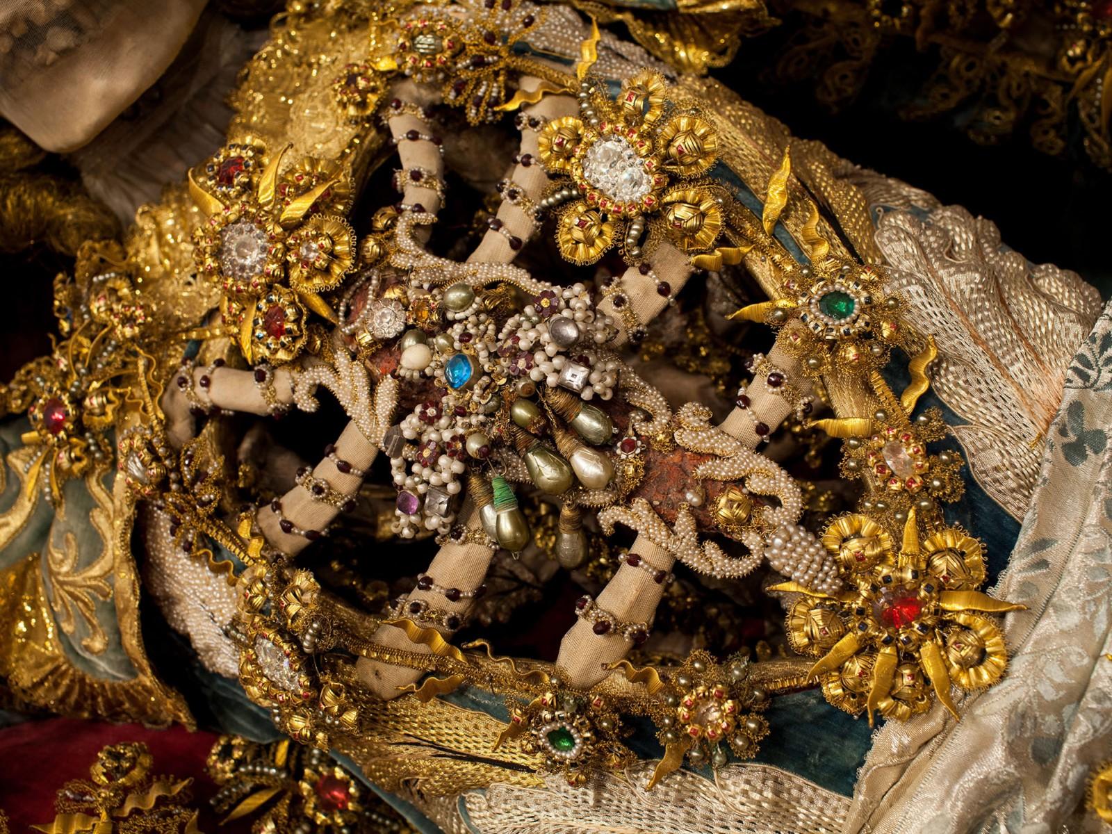 Конвейер бриллиантовых скелетов NL_Issue_04_03_Catacomb_Saints_05_1_landscape_large.jpg