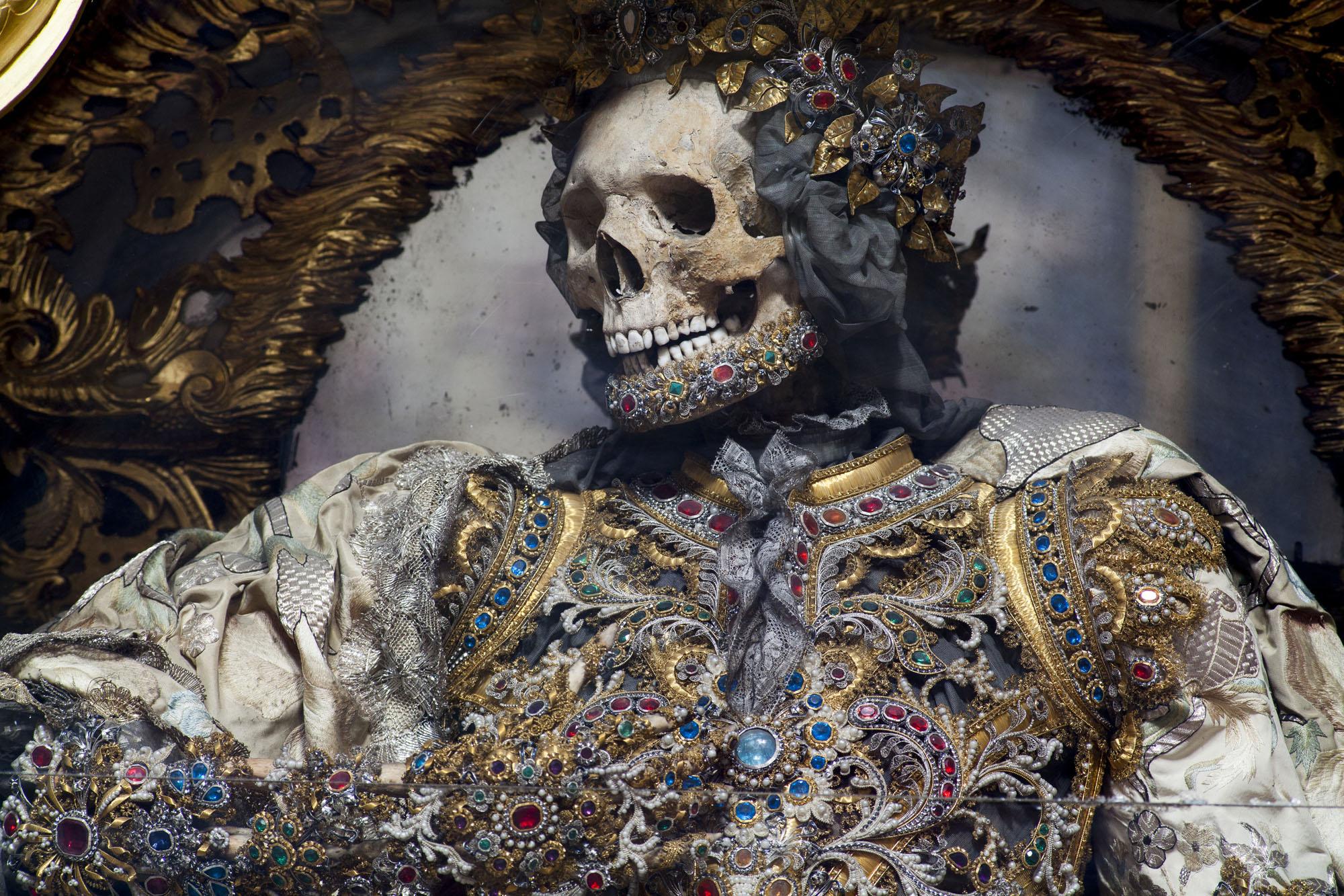 Конвейер бриллиантовых скелетов Paul-Koudounaris-Catacomb-Saints-Catholic-Martyrs.jpg