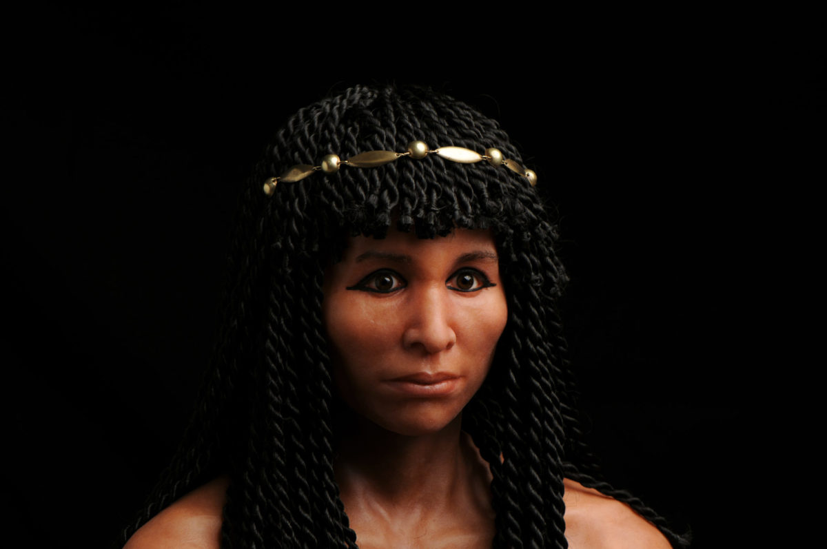 Скульпторша, которая впарила свой автопортрет журналистам как голову Нефертити gilded lady mummy.jpg