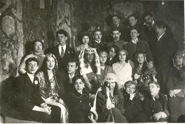 Казанской художественной школы. Родченко третий слева во втором ряду