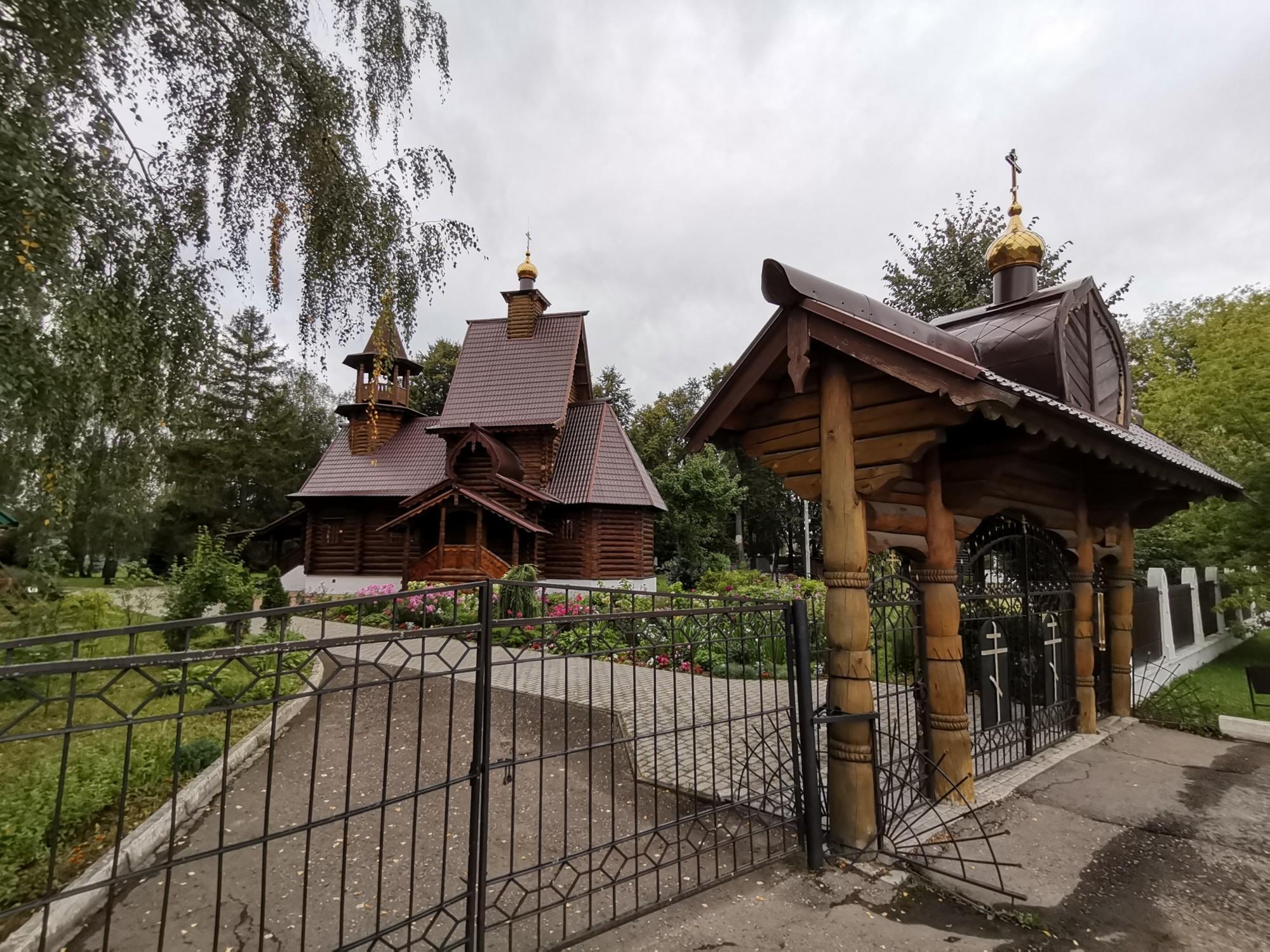 Сначала я заглянул к Никольской церкви. Она оказалась деревянной.
