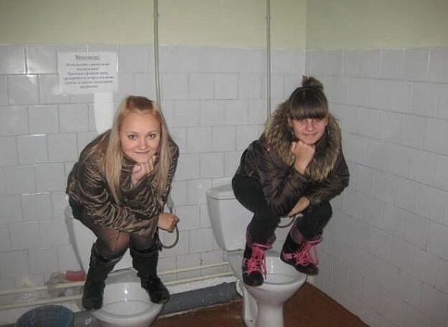 Молодежь в туалете, глотают свежую сперму