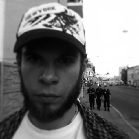 на фоне полиции