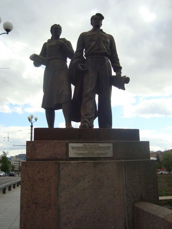 Вильнюс. Зелёный мост. Скульптурная группа «Учащаяся молодёжь»