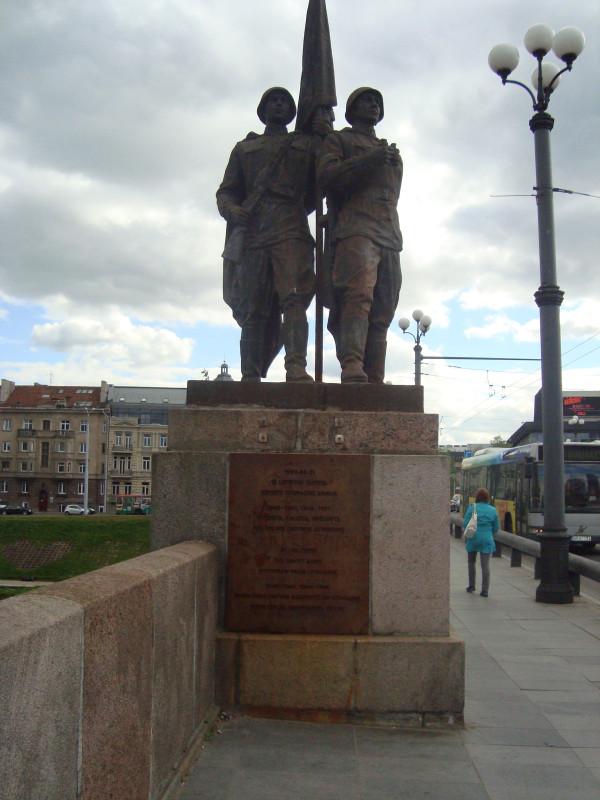 Вильнюс. Зелёный мост. Скульптурная группа «На страже мира»