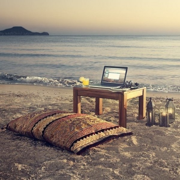978_ideal_workplace_beach_laptop (1)