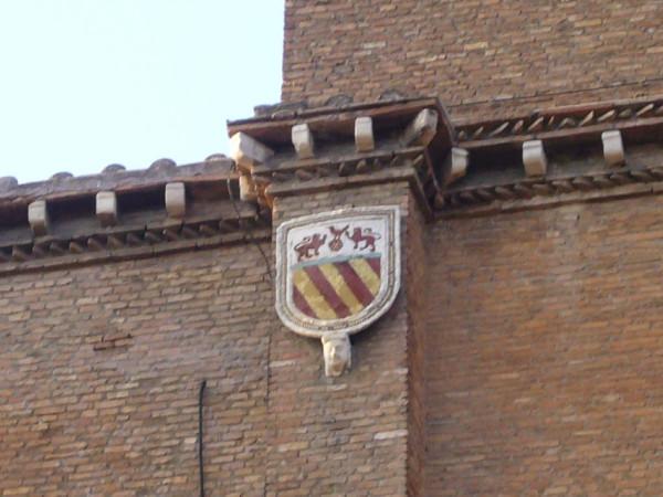 Campitelli_-_Aracoeli_stemma_Savelli_ingresso_laterale_1010839