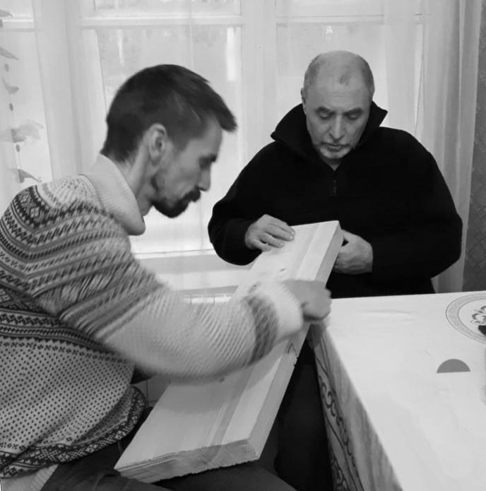 Владимир Гришанин с Александром Шевцовым работают над гуслями