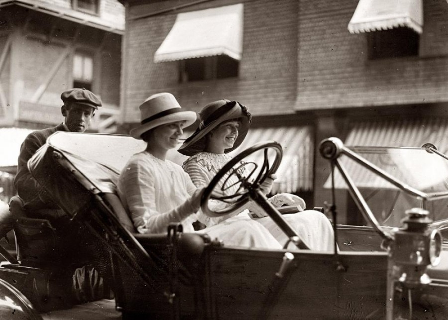 Miss Powell and Miss Sands circa 1910. G.G. Bain Collection