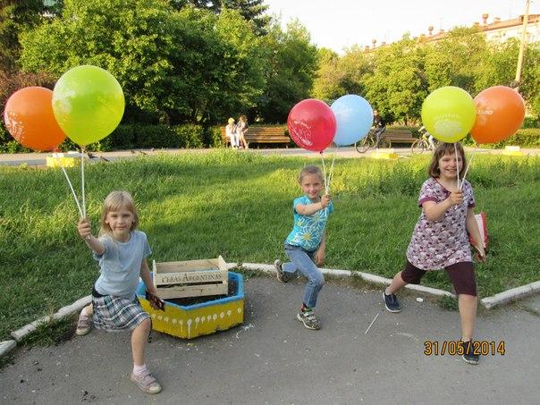 девочки держат шарики