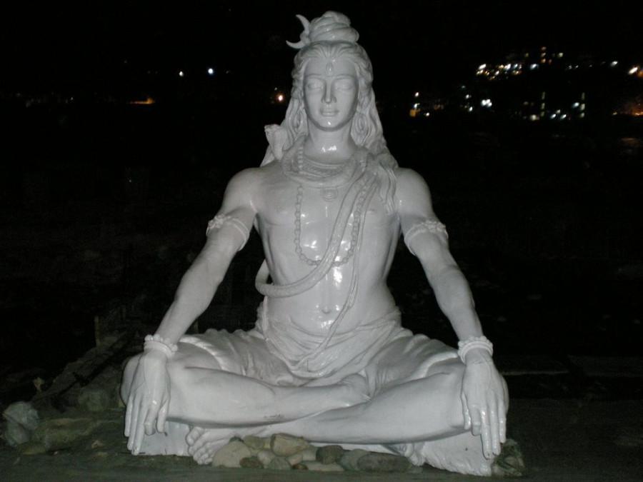 Статуя Шивы ночью