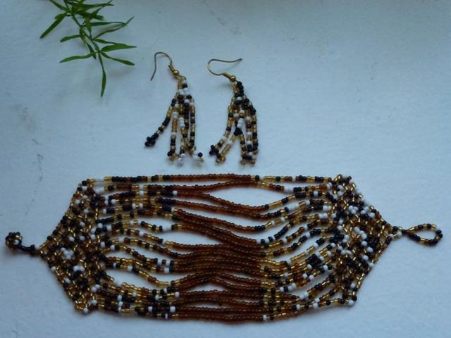 набор: бисерные серьги и браслет, привезены из Африки.  Ручная работа.  Абсолютно новые.  Длина браслета 18см...