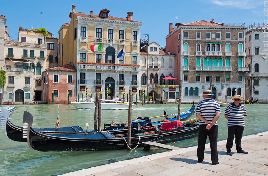 Венеция. Гондольеры. Фотограф: Константин Калишко. Venice, gondoliers. Photographer: Konstantin Kalishko.