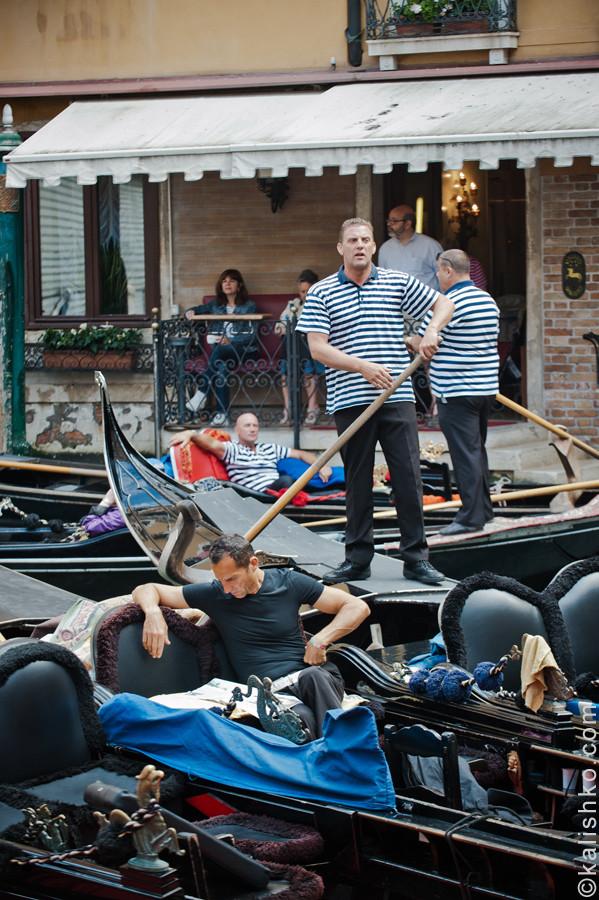 Венеция, гондольеры. Фотограф: Константин Калишко. Venice, Bacino Orseolo. Photographer: Konstantin Kalishko