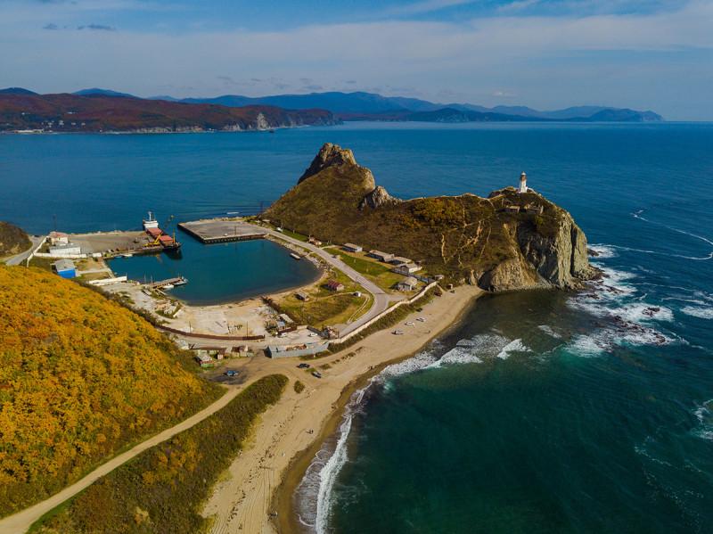 Ковш бухты Рудной и мыс Бринера с маяком Рудный. Дронофото Мавик Про.