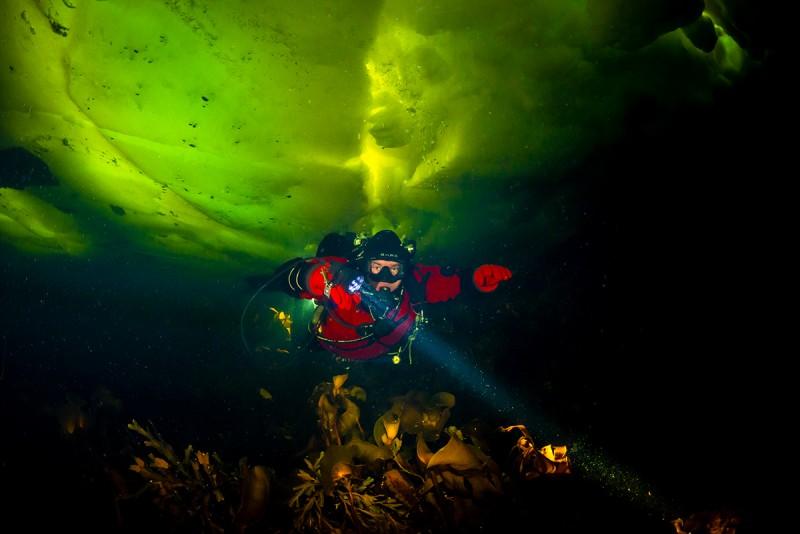Торосы на Лбу в районе острова Касьян. Никон Д800+СИгма 15 мм. Благодаря приливам и отливам, в таких местах лед ломается и он торосится. И именно тут самый красивый цвет у льда. А это спонтанная попытка снять красивую фоточку с парой дайверов. И на мой взгляд, это не самая плохая фотография не самого плохого фотографа, по версии айс-дайвинструктора из Петрозаводска Димы Беленихина.