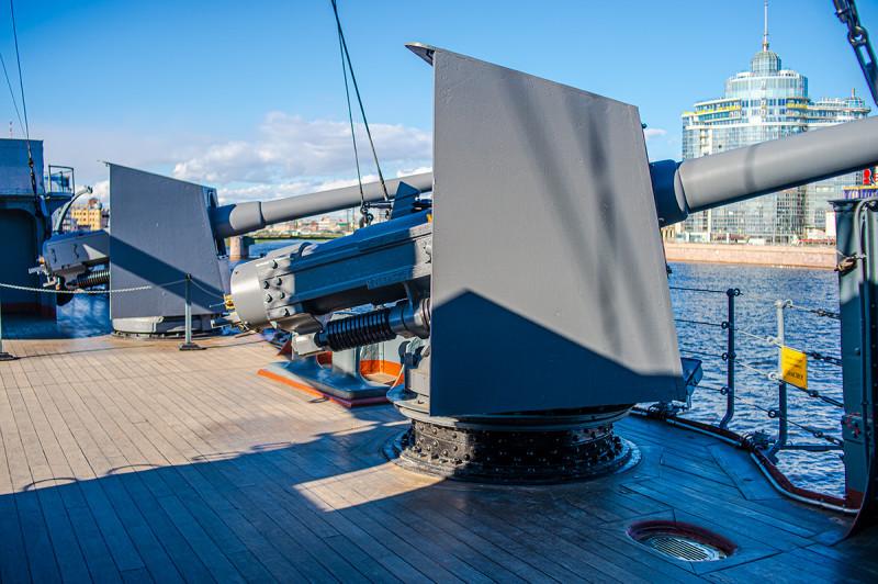 Бортовые 152 мм оружия системы Канэ. Изначально их было всего 8 штук, причем две из них не имели орудийных щитов, к нынешнему виду - с 14 штуками 152 мм пушек корабль был приведен уже в годы 1-й Мировой войны — в 1916 году, во время ремонта. Справка из Вики: Пушка Канэ — морское, скорострельное, патронное орудие среднего калибра, предназначено для применения на кораблях и береговых батареях. Разработано в конце XIX века французской фирмой «Форже э Шантье Медитеране», под руководством её основателя, инженера — Гюстава Канэ. Длина ствола, мм/калибров: 6858/45. Длина отката, мм: 375 — 457. Скорострельность, выстрелов в минуту: 7—10. Масса снаряда, кг: 41,4—49,76 кг. Начальная скорость снаряда, м/с: 229-793. Максимальная дальность стрельбы, м: 11 523 — 15 910 (20°-25°). Принцип заряжания: унитарное или раздельно-гильзовое