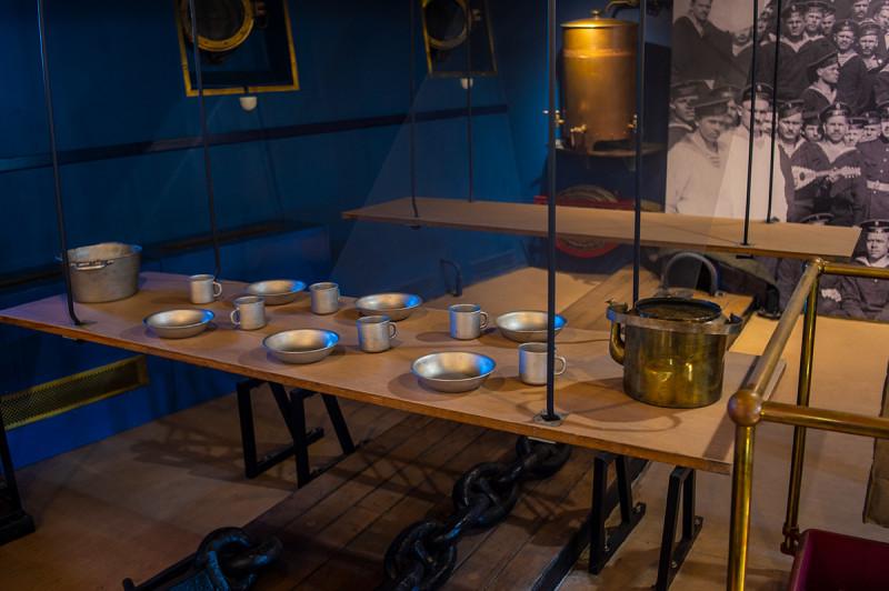 В носовой части оставлен уголок жизни матросов. Это изображает подвесные столы для питания.